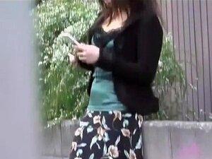 Vídeo De Agiotagem Mostrando Uma Garota Japonesa Na Calcinha Rosa Bonita, Convidando Japonês Gracinha Está Parado Em Uma Rua Em Uma Saia Longa. Mestre De Agiotagem Se Aproxima E Remove A Saia Dela Rapidamente, Expondo A Calcinha Rosa Adorável E Pernas Sex Porn