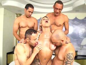 Shemale Latina Espancada Por Um Grupo Muscular De Pilas Grandes Porn