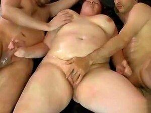 Momento Durante O 2, Momento Durante Os 2 Rapazes Editar A Cona Jovem Com As Mãos Ela Masturba-se Ao Mesmo Tempo Ambas As Pilas Para Cumshot Porn