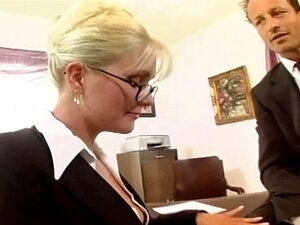 Secretária Peituda Fodido Em Meias E Uma Liga Porn
