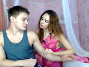 Cara Musculoso Bate Com Sua Namorada Na Webcam, Com Um Corpo Assim, é Fácil Para Este Cara Confiàvel Foder Sua Namorada Enquanto Outros Assistem. Porn