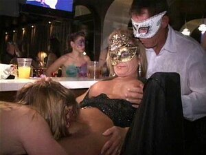 Bico Grande Mascarado MILF Carla Come Fora Buceta E Chupa Pau No Bar Porn