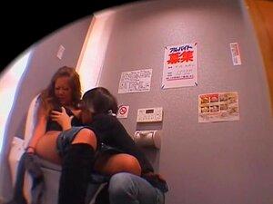 Mijo Japonês E Sexo Hardcore Em Vídeo De Câmera Oculta, Puta Japonesa Fofinha Está Mijando Neste Vídeo De Sexo Japonês Escondido Cam E Seu Amante Entra, Lambe Seu Castor Peludo, E Fode Seus Miolos Fora. Parece Mesmo Quente E Sujo. Porn