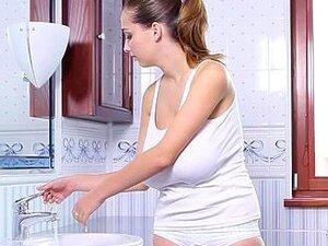 Buffy Peituda Toma Banho De Leite Quente Com Espuma Porn