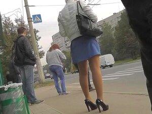 Rua Inesquecível Upskirt, Se Você Estiver Em Hawt Loiras E Minissaias Filmes De Espionagem, Então Não Há Nenhuma Maneira Você Pode Perder Esta! Uma Loira Agradável Foi Filmada Em Uma Parada De ônibus, E A Vista Se Seu Saiote é Muito Chique. Veja E Se Divi Porn