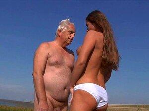 Mamas Grandes E Minúsculas Fodem Um Velhote Na Praia. Mamas Grandes E Minúsculas Fodem Um Velhote Na Praia. Porn