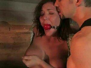 Cadela Sexy Peituda Amarrada Com As Mãos Para Trás Porn