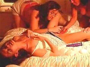 3 Amadoras Milfs, Dois Com Tesão Amadoras Lésbicas Milfs Prazer Sua Amiga Morena Sensual Como Um Brinca Com O Clitóris Dela E O Outro Fode Sua Buceta Com Um Vibrador Vermelho Como Ela Geme E Se Contorce Na Cama Porn