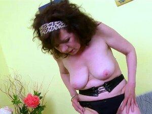 A Velha E Madura Masturbação De Conas Peludas. A Senhora Madura Está A Brincar Sozinha A Masturbar-se Com O Seu Brinquedo Sexual. Encontra Este Vídeo Na Nossa Rede, Oldnanny. Porn