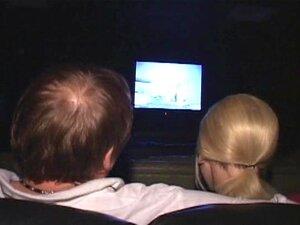 Puta Loira Magrela Bateu No Cinema Pornô! Porn