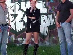 Trio De Sexo Em Público Por Uma Paragem De Autocarro Porn