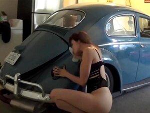 Uma Miúda Sexy E Tatuada Fode-se Num Carro Antigo., Porn