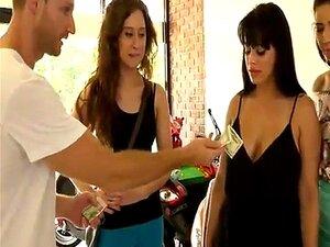 MILF E Teenie Mostram Seus Peitos Em Troca De Dinheiro Porn
