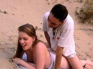 Um Casal Adolescente Hardcore Na Praia Porn