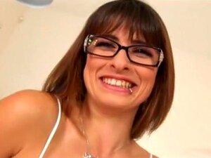 Estrela Porno Excitada Com Um Vídeo Pornográfico Fantástico. A Arizona Está A Usar Os óculos Quando Ela Tira As Cuecas Molhadas Para Deixar O Namorado Sentar-se No Sofá Para Que Ela Possa Subir E Montar A Pila Gorda Dele Enquanto Tu Podes Ver As Mamas Gra Porn