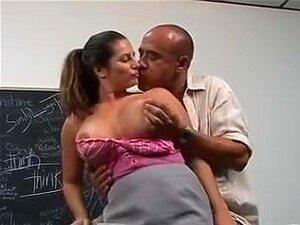 Professor De Titted Grande, Sexta-feira O Professor Teta Grande Slobbers Em Um Pau Grande E Adquire Parafusado Na Mesa Dela Porn