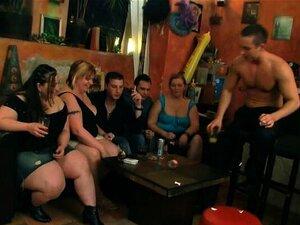 A Rapariga Gorducha Da Festa Despe-se No Bar Bbw. Porn