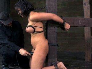 Bdsm Conteve Sub Açoitado Mais Ou Menos. Bdsm Conteve Sub Açoitado, Aproximadamente, Enquanto Ela Está Suspensa No Ar Porn