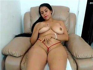 Menina De Cabelos Longos Se Divertindo Na Webcam Porn