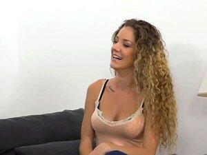 Encaracolado Amador Suga Em Fundição, Curly Cabelos Amador Loira Gata Com Corpo Magro Tatuado Suga Grande Galo Para Falso Agente Após Entrevista De Fundição, Em Seguida, Ele Fode No Sofá Porn