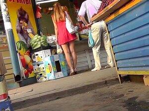 Hotty Provoca O Público Com O Upskirt, Apesar De Não Ter Idéia Sobre O Cameraman Seguindo Ela Este Bimbo Bonito Mantém Provocando O Público Ao Redor Com A Visão Dela Lhe Hawt De Cair O Queixo. Porn