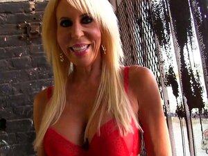 Linda Loira Nos Bastidores Com Sutiã Vermelho E Dá Uma Vista Das Mamas Dela. Porn