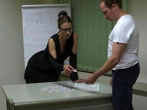 A Verdadeira Secretária Alemã Milf, Instrutora De Condução Alemã Sexy Com Um Rabo Incrível, é Fodida Com Força Pela Aluna. Uma Miúda Excitada De óculos Faz Um Broche Fantástico E é Espancada Por Uma Pila Dura Numa Pose De Cão. Porn