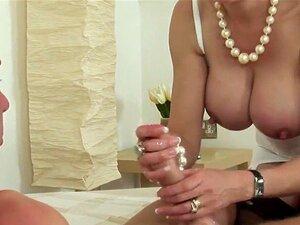 A Patroa Madura Do Reino Unido, A Sonia, Mostra As Mamas Grandes. Uma Mulher Bissexual Com Mamas Enormes, Casada, Lady Sonia Massaja Os Seus Cachorrinhos Enormes E Os Seus Dedos Fodem-se Bem Na Lingerie. Porn