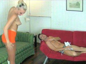 Macy ' S Cartel Transforma Que Seu BF Em Um CBT Corno Escravo, Lance Hart Está Sentado Em Casa Jogando Videogame Quando Sua Namorada, Macy Cartel, Anda Por Ele Vestida De Vestido Vermelho Sensual, Perguntando-lhe Onde Estão As Chaves Dela. Ela Vai Dar Uma Porn