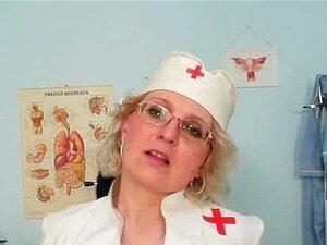 A Milf Imunda De Uniforme De Enfermeira Mostra Mamas Grandes. Porn