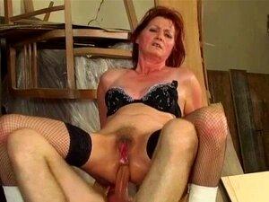 A Avozinha Ruiva Adora Anal. A Mãe Ruiva Com Meias De Rede Leva Uma Coça. Porn