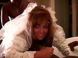 Noiva Sexy Recebe Parafusado Por 2 Darksome Rapazes., Trio Interracial. Noiva Sexy No Vestido E Underware Quente Recebe Sua Boceta Com Fome Constringida Perfurada Por 2 Homens Darksome. Porn