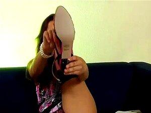 Senhora De Classe Coloca Meias E Sapatos De Salto Altos Porn