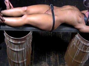 Escravo Submisso Amarrado Obtém O Clitóris Estimulado Porn