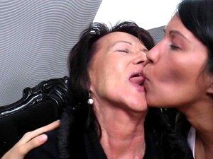 Jovem Filha Fodida Por Duas Lésbicas Velhas Porn