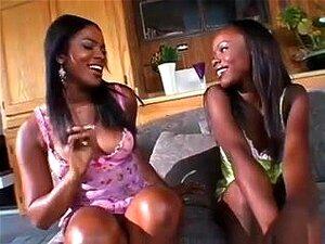 Dois Negros Pintos Desfrutando Alguns Quente Sexo Lésbico, Um Casal De Pintos Pretos Quentes E Com Tesão, Desfrutando De Alguma Ação De Cunilíngua Uns Com Os Outros. Sexo Lésbico Incrível Nesta Vid Porn
