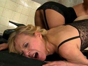 Cena Lésbica Suja Com Elementos De Fetiche Com Puta Velha Madura Cindy Hope Com Vagina Peluda De Fedorento E Pornstar Linda Jovem Lili, Que Parece ótimo! Aproveite Este Vídeo Velho-jovem! Porn