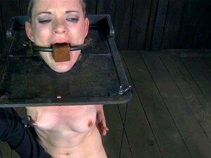Boca Amordaçada Puta Com Máquina De Manusear Sexo. Puta Com A Boca Amordaçada A Lidar Com A Máquina Sexual Foder Na Sessão Da Maledom Porn