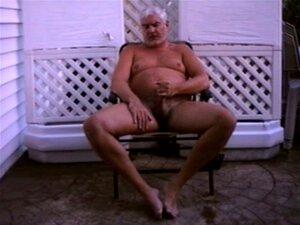 MAIS MASTURBAÇÃO AO AR LIVRE. O Papá Gordinho Bronzeado Gosta De Masturbação Ao Ar Livre. Porn