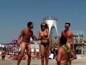 Tipos Engraçados A Dançar Nus, Ver Dois Bêbados A Dançar Nus Não é Nada De Especial, Mas Estavam A Fazê-lo No Palco E Uma Miúda Esquisita Em Topless Queria Posar Com Eles Para Uma Foto. Ela Conseguiu Mais Do Que Podia Aguentar Porque Estes Dois Rapazes Co Porn