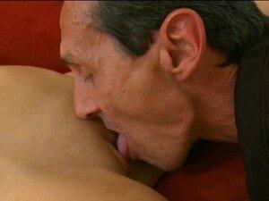 O Peido Olfd Lambe Ratas Cor-de-rosa. Uma Mulher Bonita é Lambida Por Um Velho Maluco. Porn