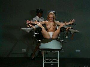 BDSM XXX Sub Com Peito Enorme Recebe Tratamento De Hardcore Varinha Até Ela Esguicha Porn