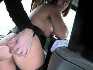Cabelo Curto Babe Finger Fode E Bate No Banco De Trás. Cabelo Curto, Dedo Amador, Fode Com Os Dedos E é Espancado No Banco De Trás Por Um Motorista Desagradável Para Fora De Sua Tarifa Porn