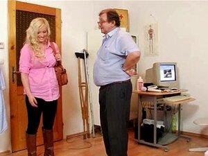 Exame De Espéculo Buceta Jennifer No Hospital Pelo Médico Velho Porn