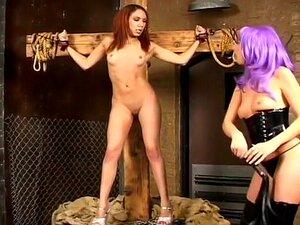 A Sexy Kelly Wells É Uma Dominadora Brutal. Neste Filme Bizarro, A Famosa Estrela Pornô Kelly Wells Se Afasta De Seus Filmes Hardcore Normais Para Assumir Um Papel Fetiche.  Ela Interpreta Uma Amante Dominante, Vestida Com Botas De Couro E Uma Peruca Púrp Porn