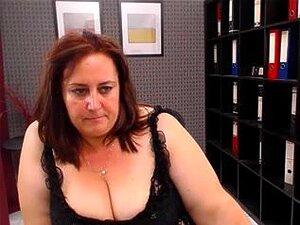 """Show De Sexo Webcam Madura Por Uma Vadia Gordinha Com Uma Bunda Grande, Vadia Madura Gordinha Em Um Vestido Preto """"sexy"""" Em Um Show De Sexo Webcam. Ela Mostra Seus Peitos Grandes E Bunda Enorme. Porn"""