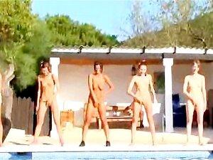 Seis Meninas Nuas Na Piscina Da Italia Porn