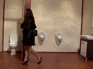 A Melhor Estrela Porno Da Europa Excitada, Com Um Vídeo Adulto Perfurante, Esta Morena Europeia Está A Masturbar-se Numa Casa De Banho Pública Quando Um Homem Entra E A Vê A Fazer A Sua Obra Através De Um Buraco Na Parede.  Ela Apanha-o A Espreitar E Leva Porn