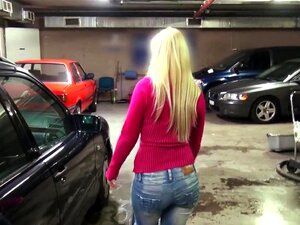 Galo De Wanking Feminino Chefe Na Garagem Pública, Loira Europeu Feminino Chefe Verificando O Carro Do Cliente Dela Quando Ela Oferecendo Seu Dinheiro Por Boa Punheta Em Sua Garagem Então Ele Batendo Nela Para Cumshot No Capô Porn
