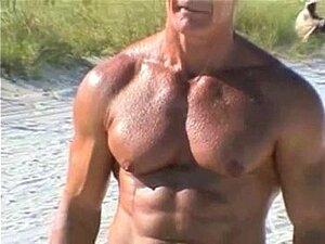 70 Ano De Idade Fisiculturista Na Praia De Nudismo Porn